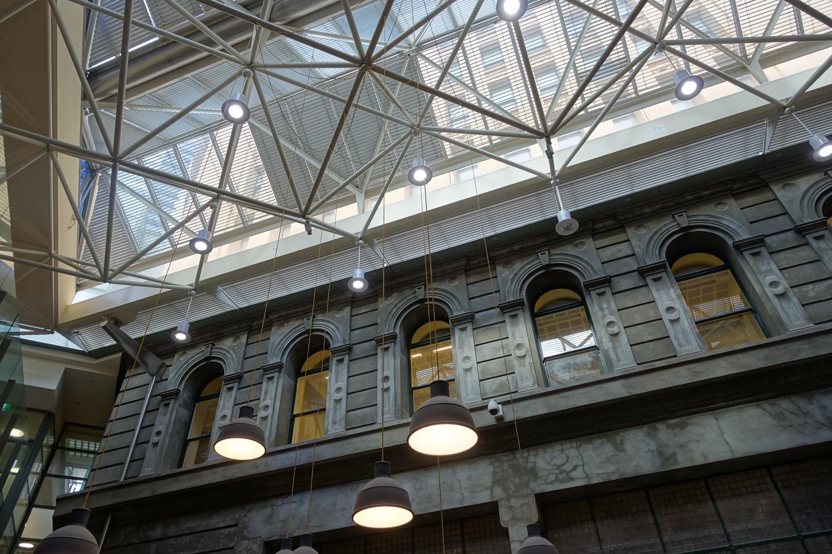 Bâtiment à l'architecture industrielle avec structure métallique apparente