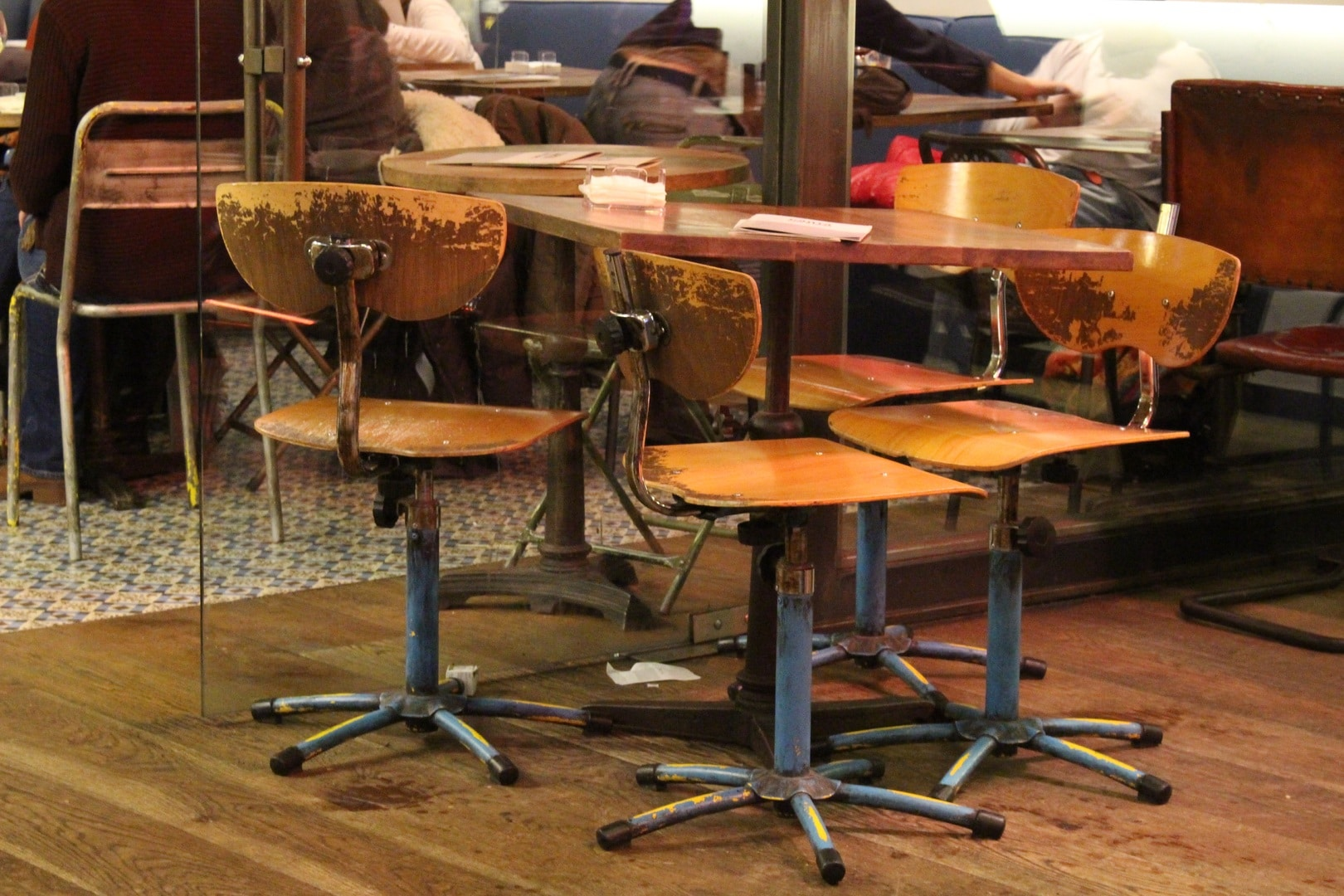 Chaises industrielles dans un restaurant