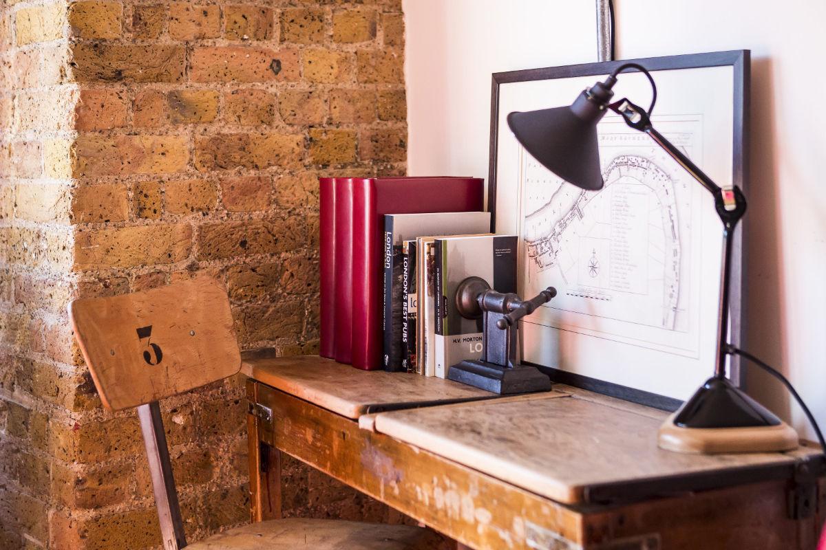 Lampe GRAS posée sur un bureau vintage