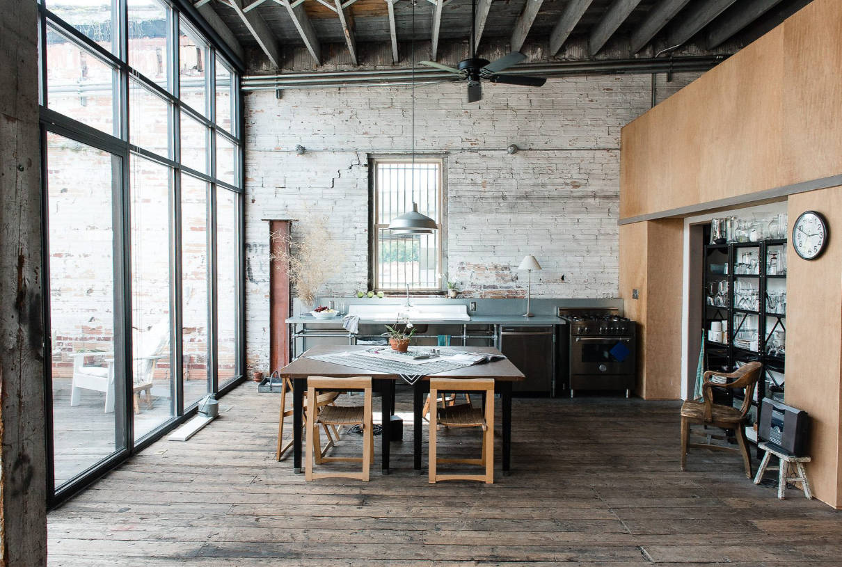 Ancien loft avec vieux plancher et verrière industrielle