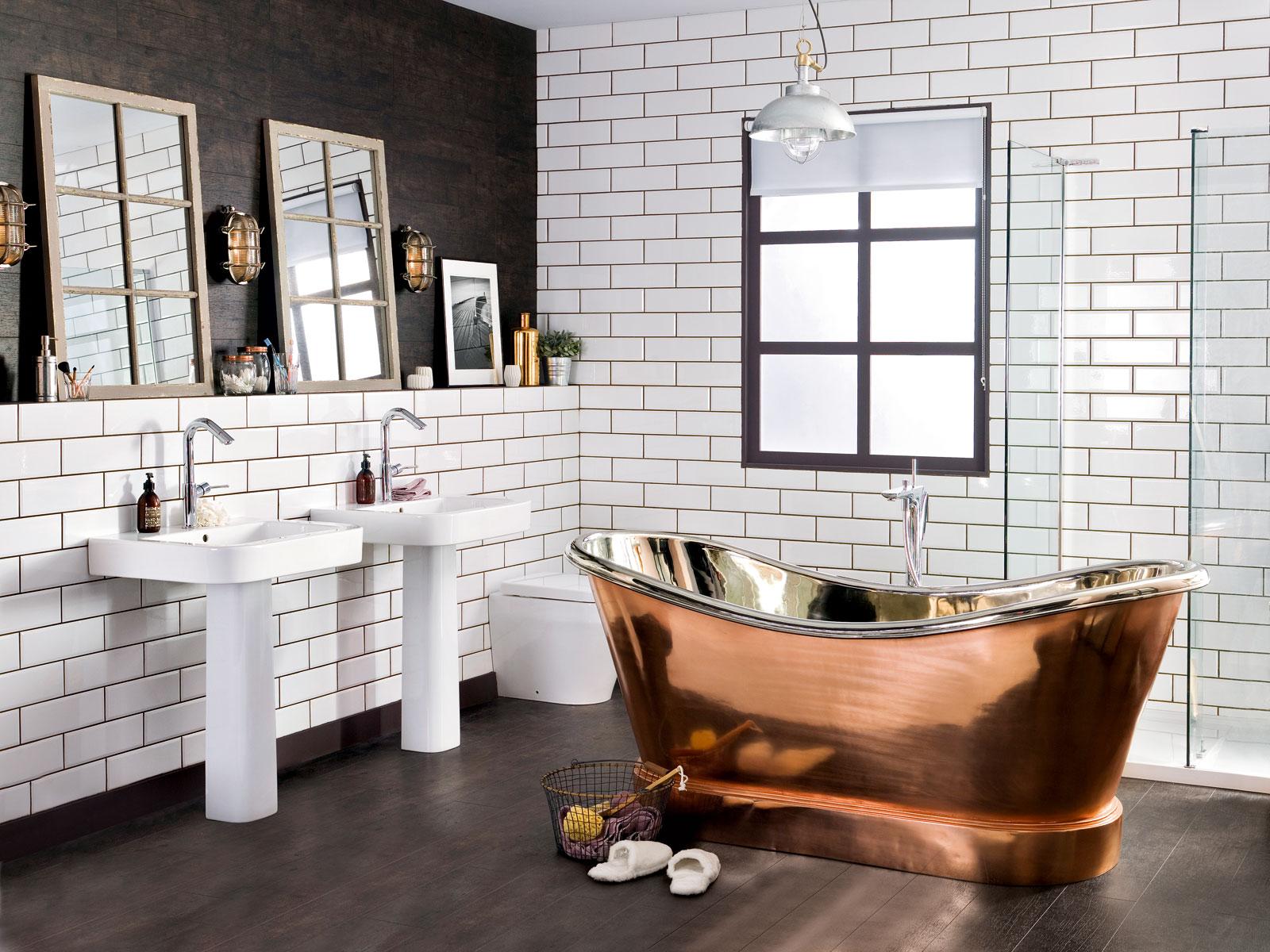 Salle de bain industrielle et baignoire vintage en cuivre