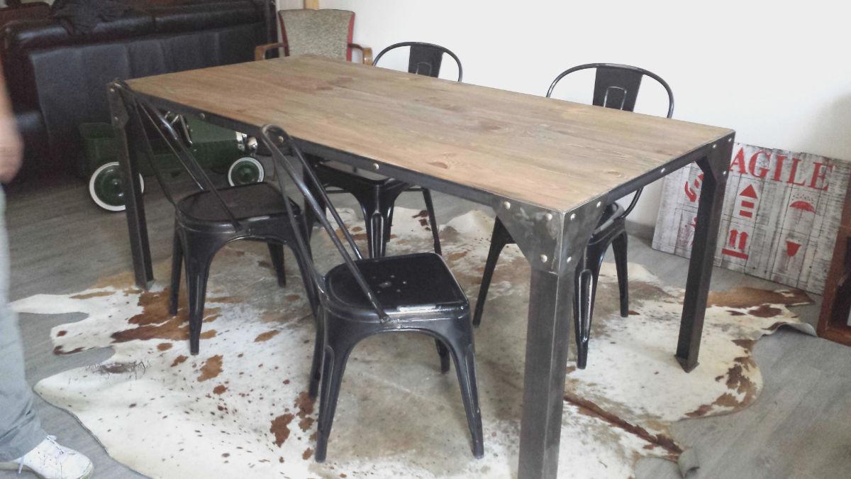 Table et chaises style industriel